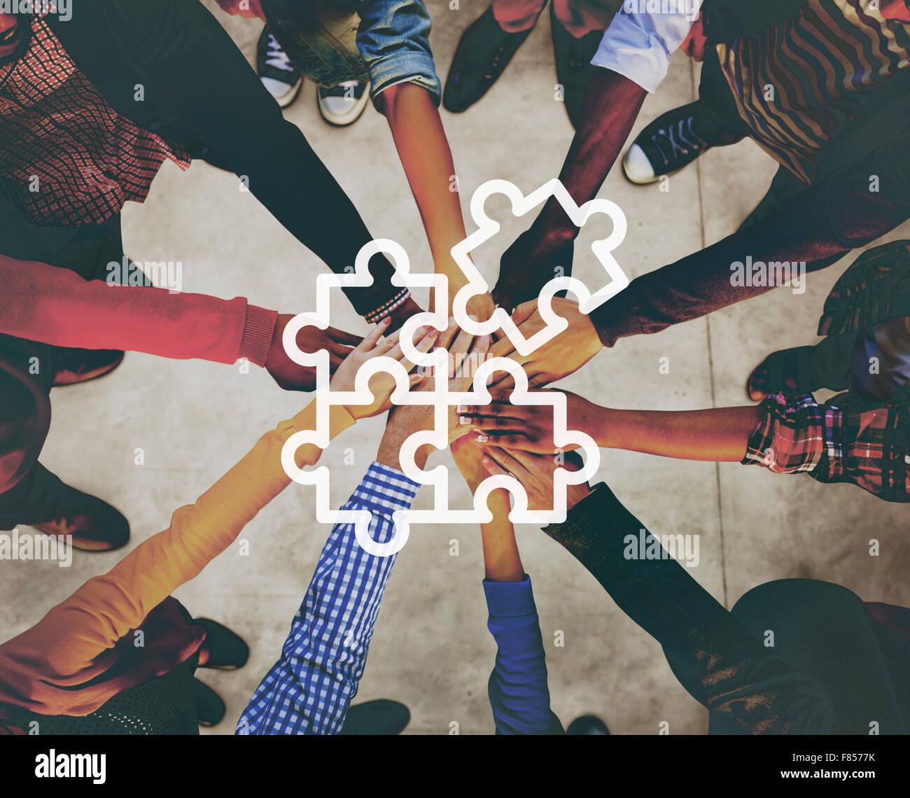 Puzzle di cooperazione di collegamento un concetto di rete Immagini Stock