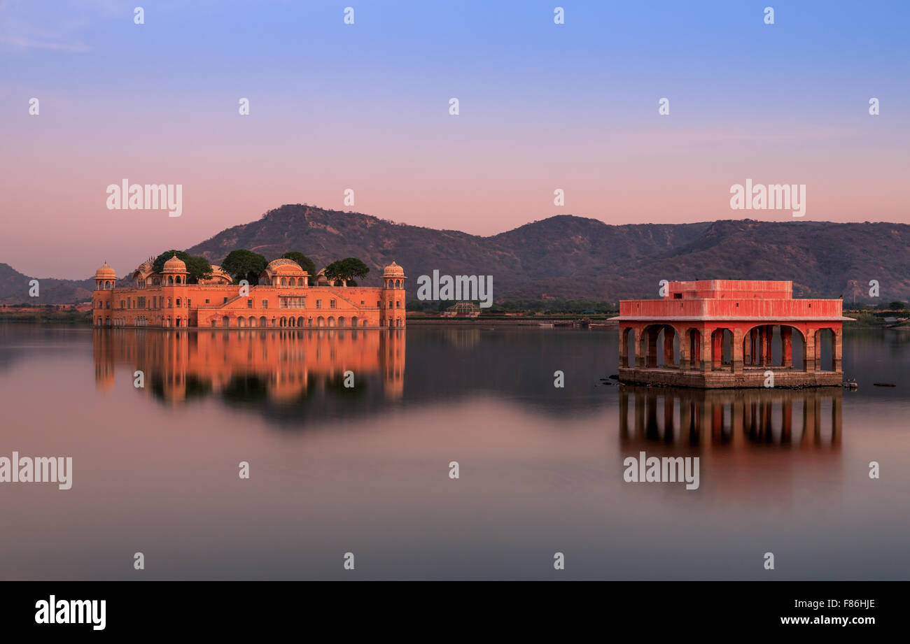 Acqua Palace Jal Mahal al tramonto, Jaipur, Rajasthan, India Immagini Stock