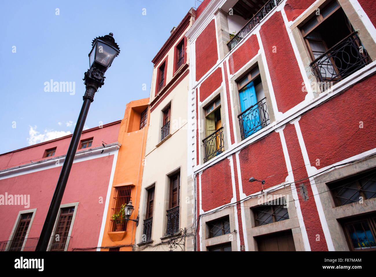 Il blue door, edificio rosso, lungo le strade colorate di Guanajuato, Messico. Immagini Stock