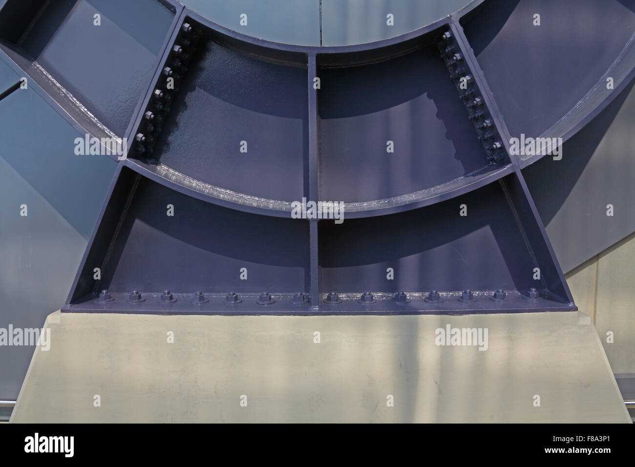 Engineering di fabbricazione con un telaio in acciaio fissata ad un basamento in calcestruzzo con bulloni di molti Immagini Stock