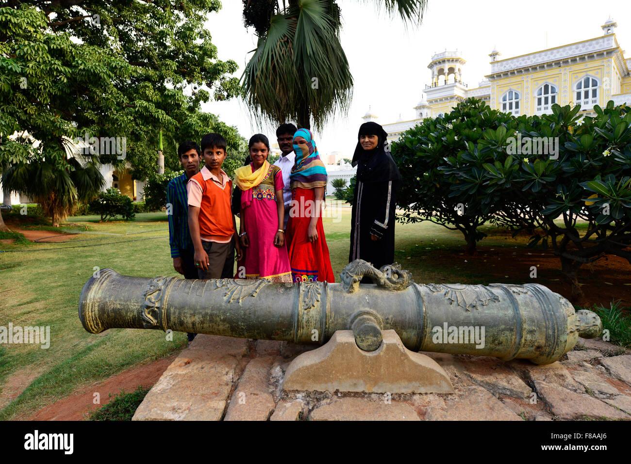Un vecchio canonico presso il palazzo Chowmahalla in Hyderabad. Immagini Stock