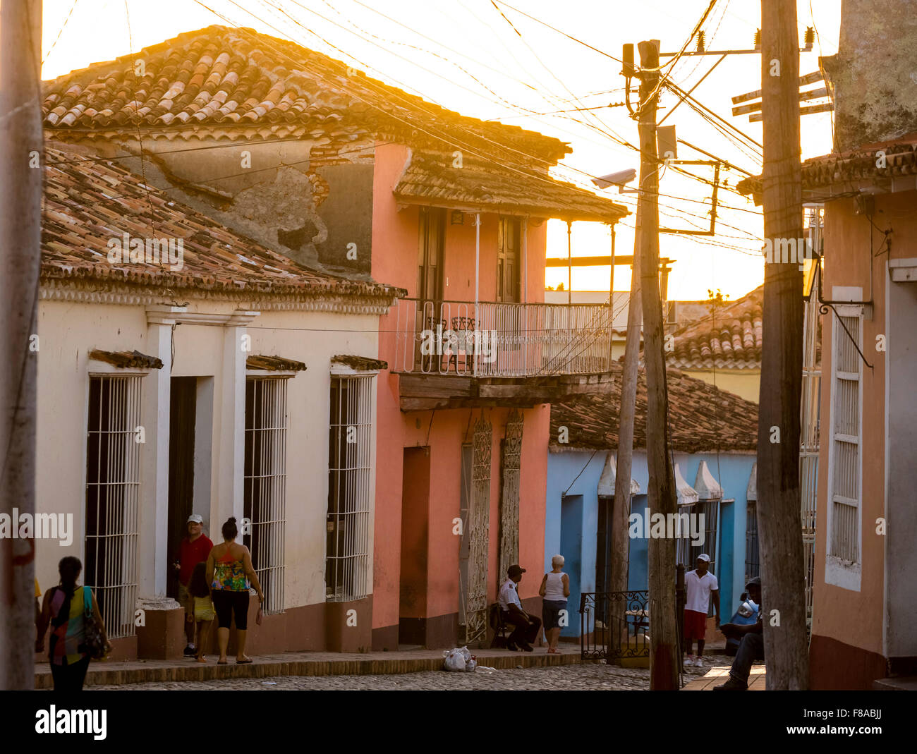 Trinidad, linee di alimentazione, cavo caos caotico impianti elettrici, la vita di strada, scena di strada con tettuccio Immagini Stock