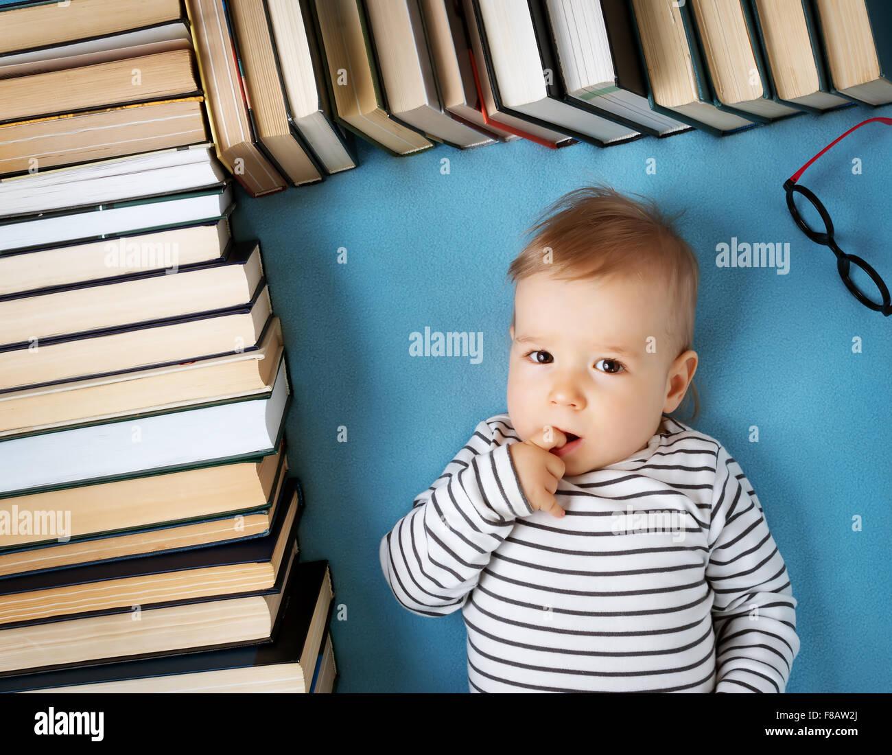 Un anno di età bambino con spectackles e libri Immagini Stock