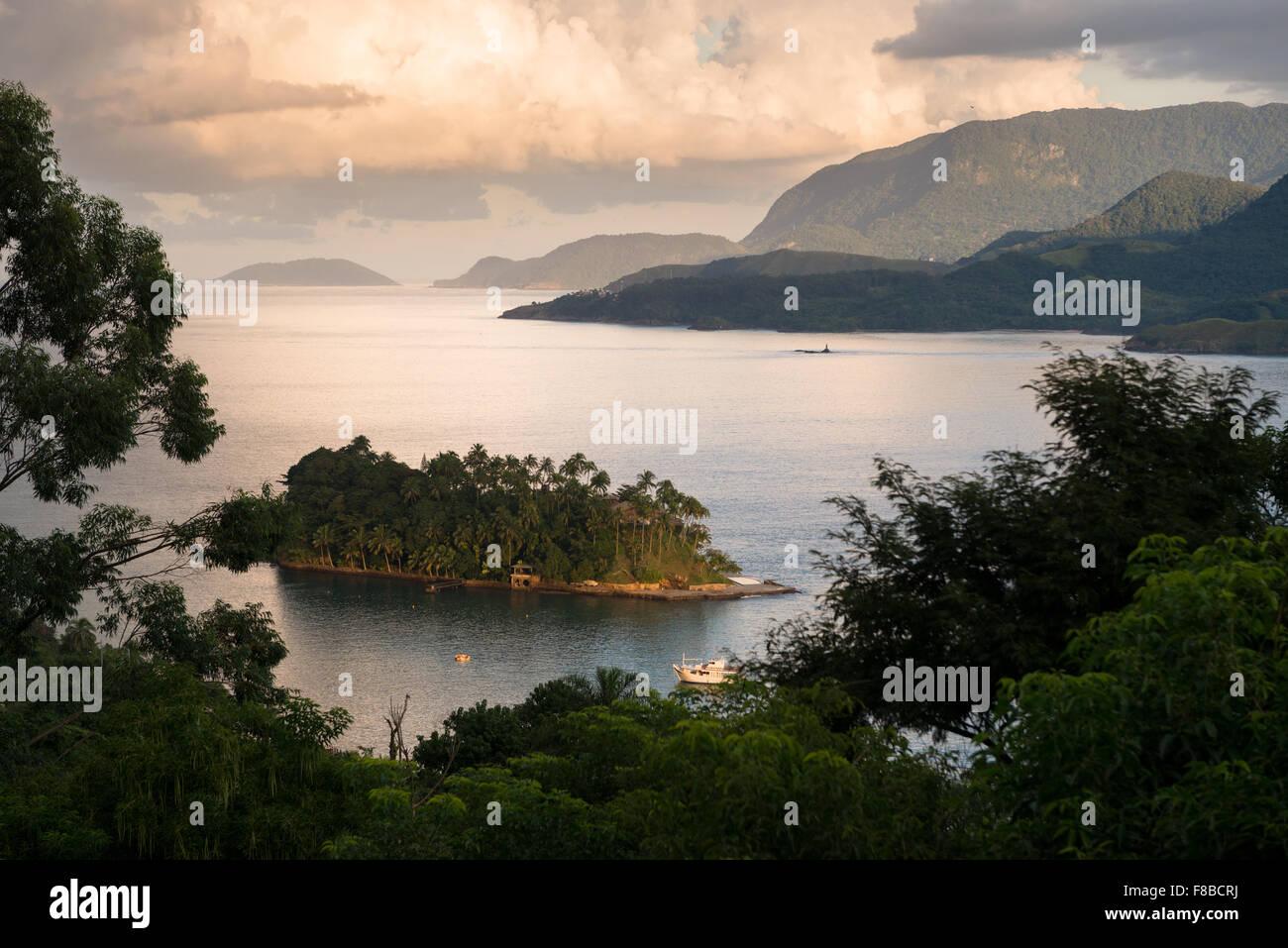 Vista dell'isola Ilha das Cabras, Ilhabela, Brasile Immagini Stock