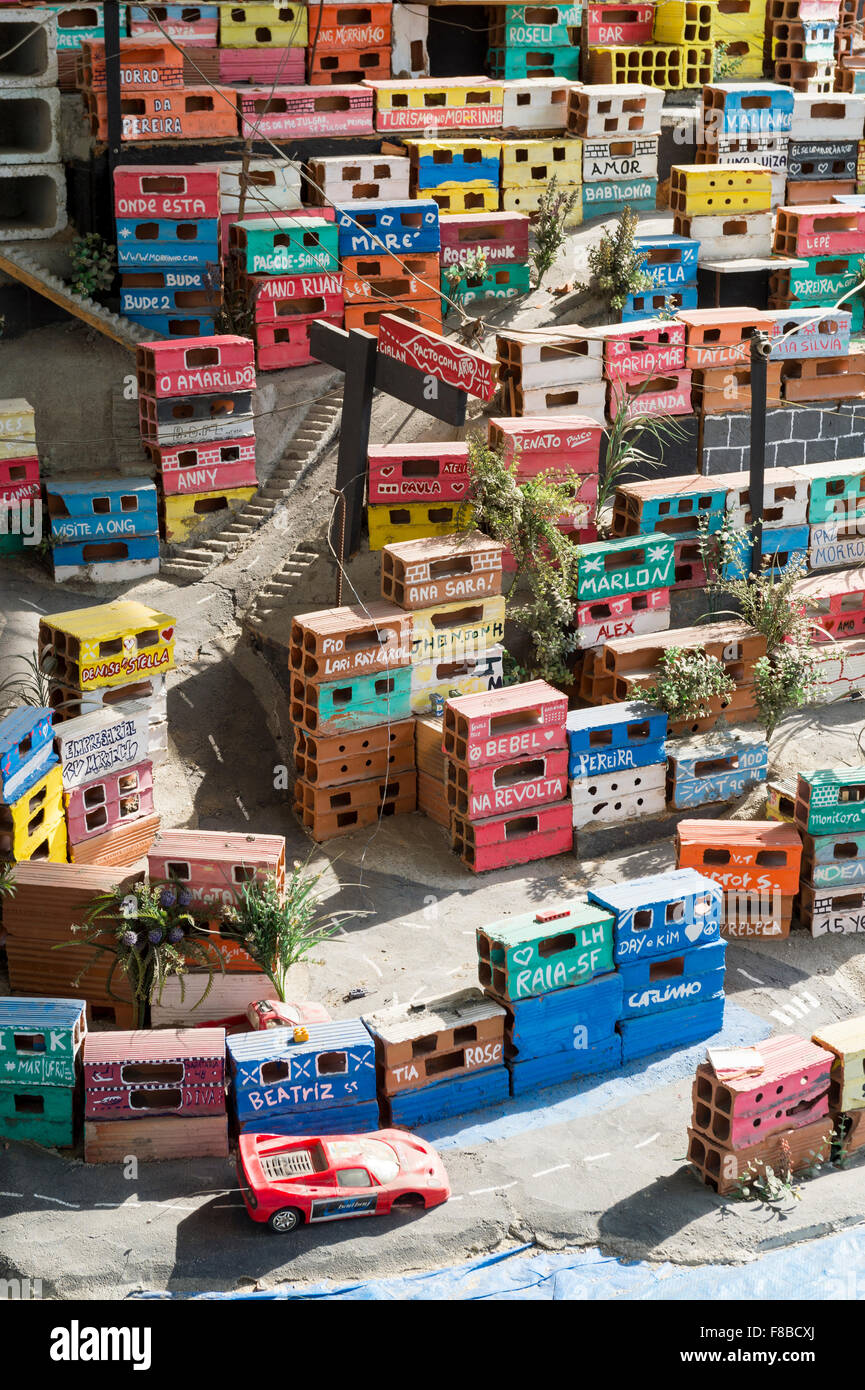 RIO DE JANEIRO, Brasile - 16 ottobre 2015: Mini raffigurazione di un colorato favela di comunità, un progetto sociale, Foto Stock