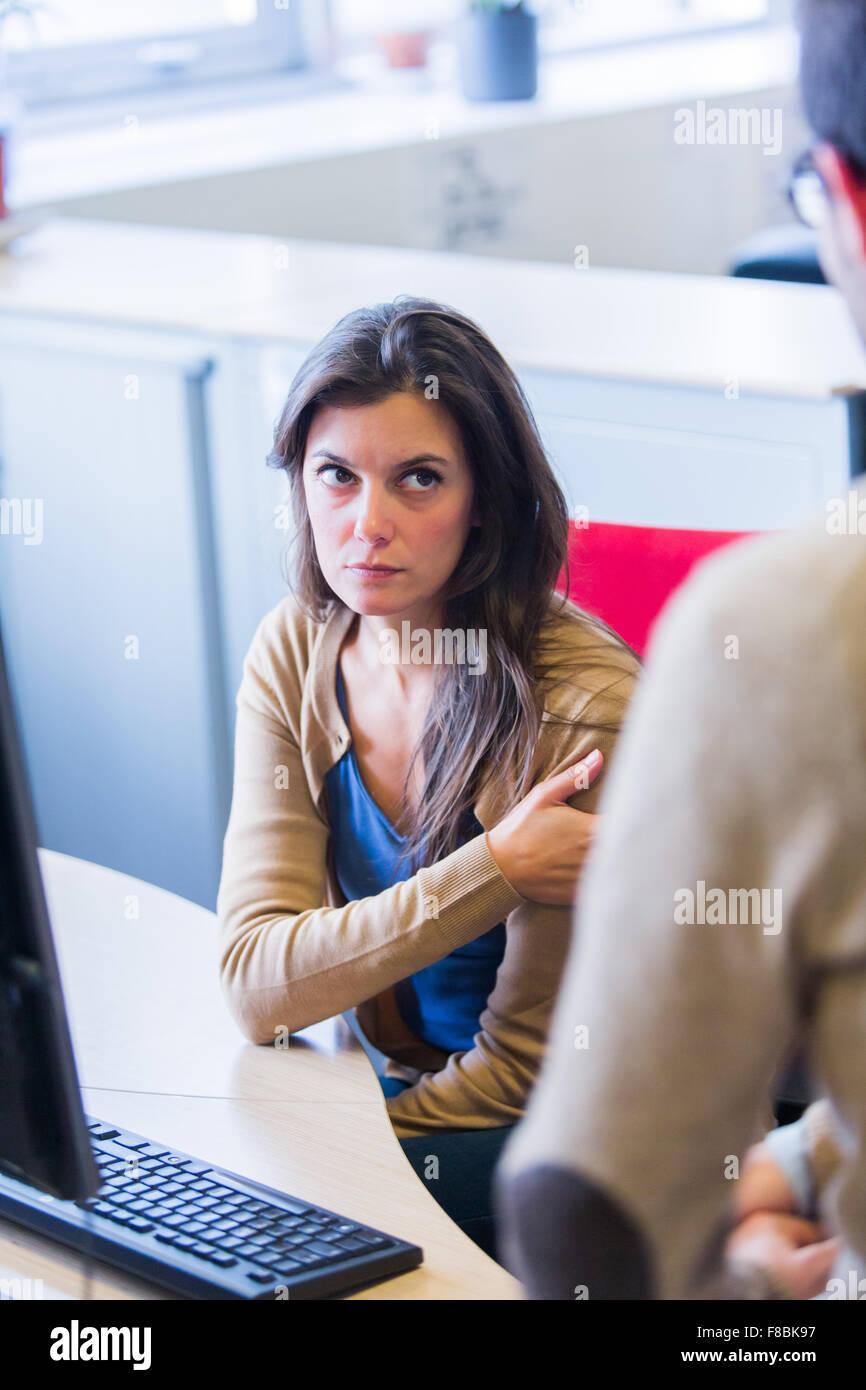 Ha sottolineato la donna sul lavoro. Immagini Stock