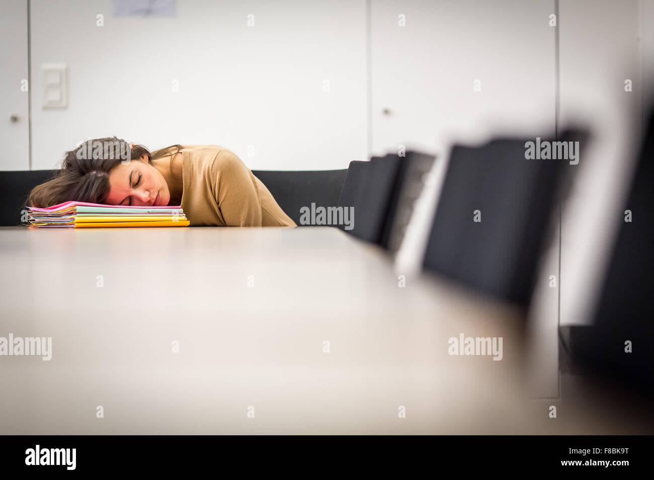 Stanco della donna sul luogo di lavoro. Immagini Stock