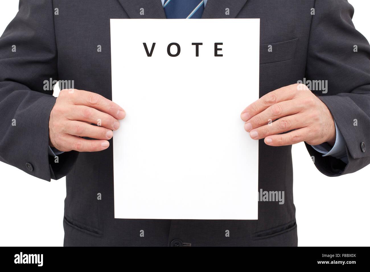 Uomo in tuta, tenendo un foglio bianco con titolo Votazione davanti a lui. L'immagine è stata realizzata Immagini Stock