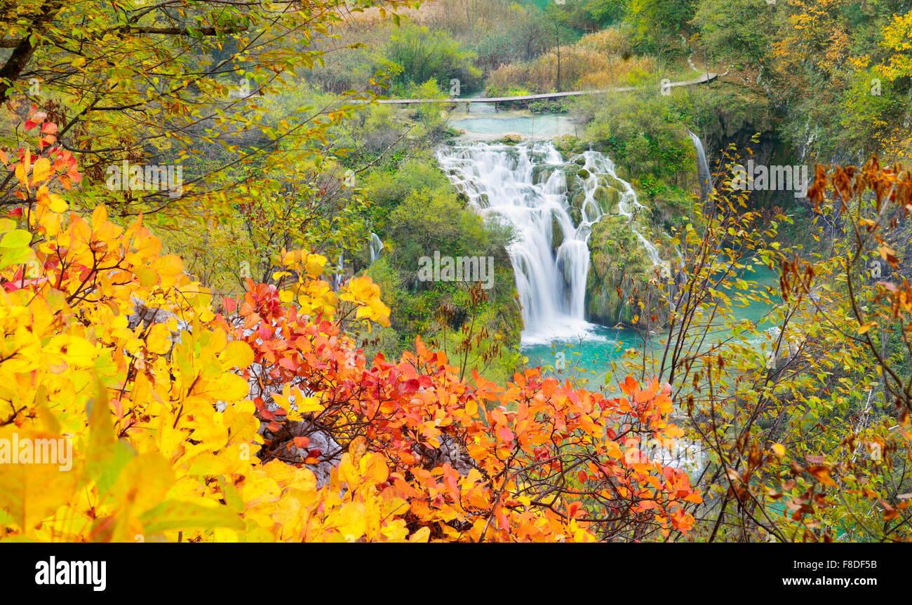 La cascata nel Parco Nazionale dei Laghi di Plitvice, paesaggio autunnale, Croazia, UNESCO Immagini Stock
