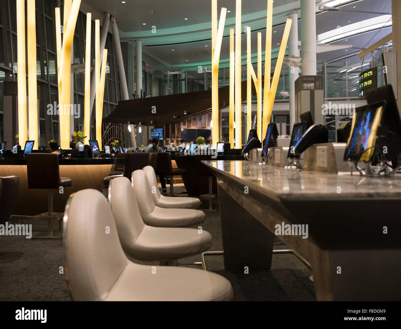 Toronto International Airport Terminal 1 partenza lounge food court; moderno e tavoli da pranzo collegato con compresse Immagini Stock