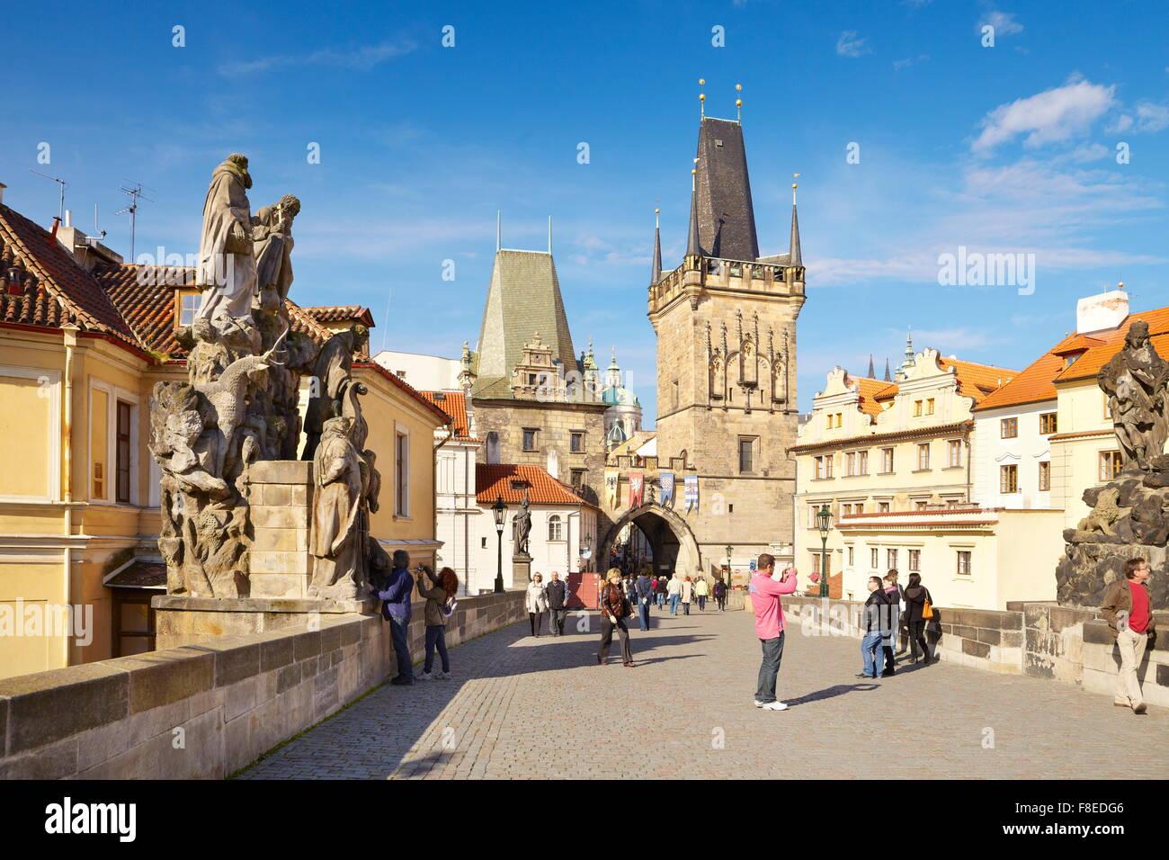 Turisti sul Ponte Carlo, Prague Old Town, Repubblica Ceca, UNESCO Immagini Stock