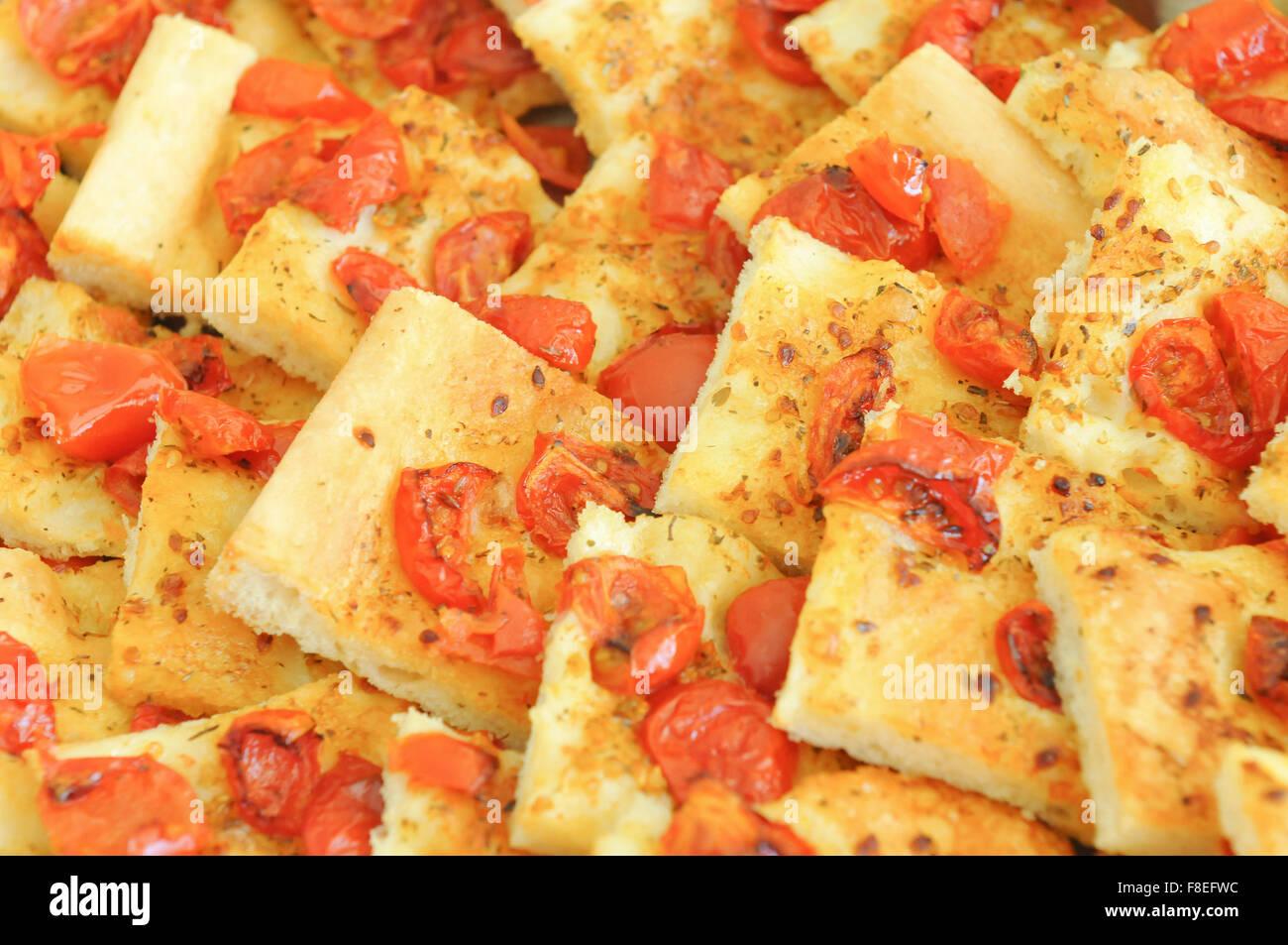 Fette di pizza con pomodoro ciliegino, olio, origano tipico del Cilento. Dieta mediterranea parla di buon gusto. Immagini Stock