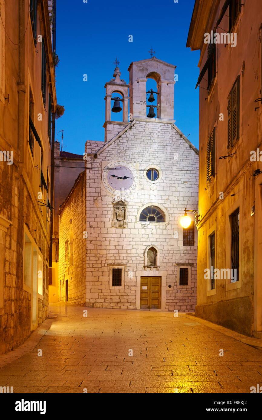 Sibenik, Croazia - Old town street con la Chiesa di Santa Barbara Immagini Stock