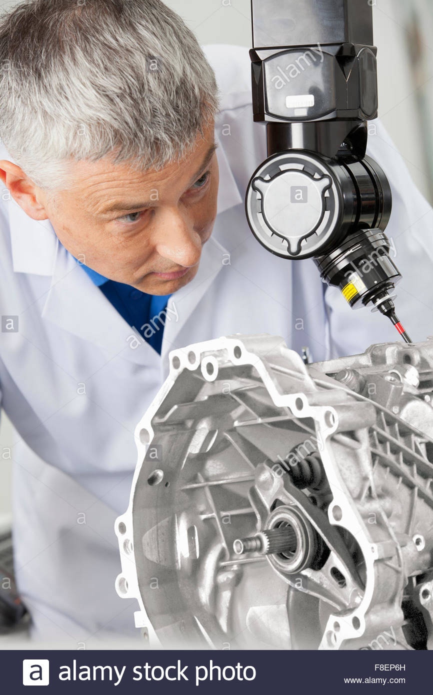 Close up di ingegnere utilizzando computer sonda controllato per eseguire la scansione di blocco motore Immagini Stock