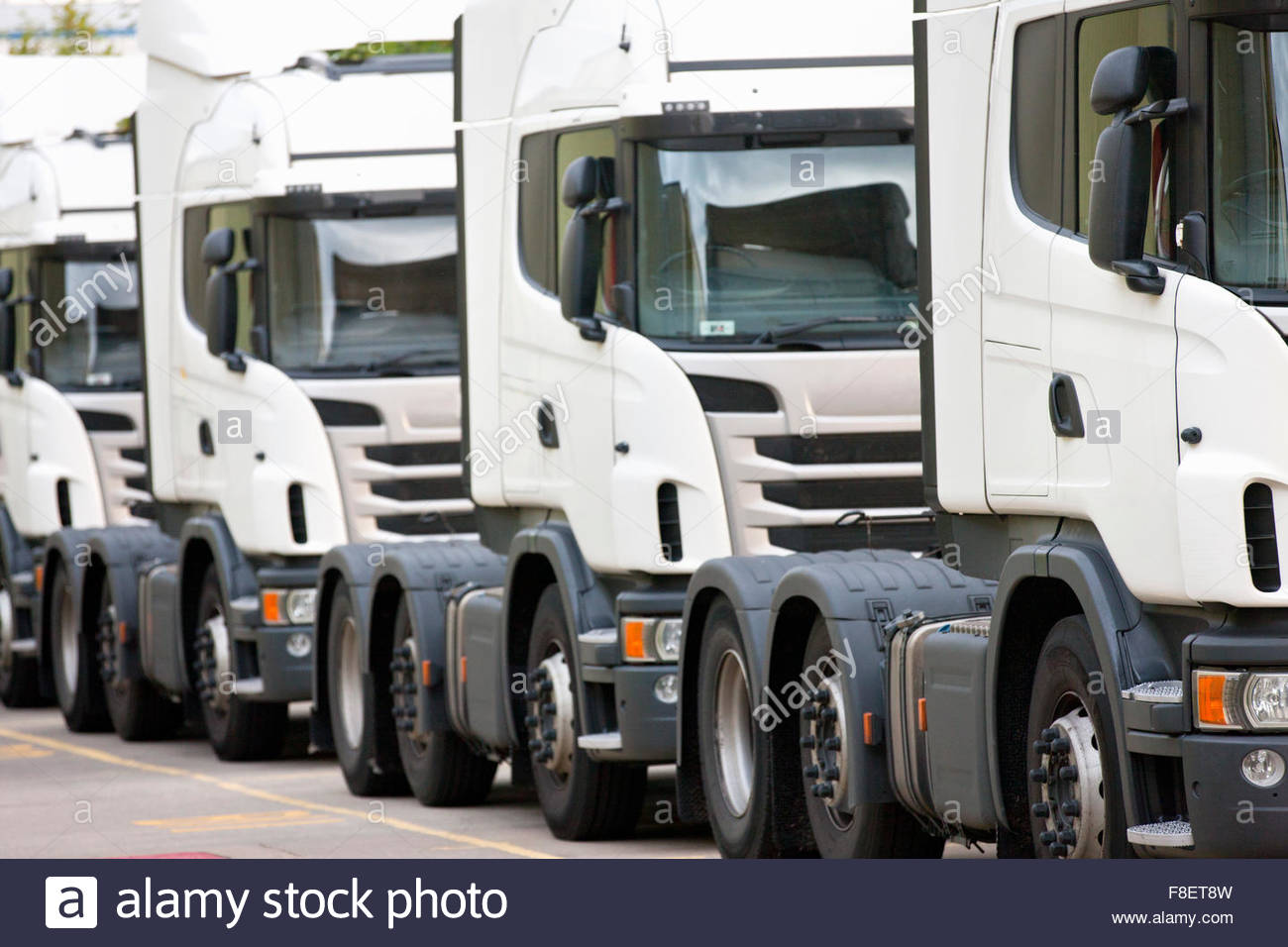 Trasporto merci carrelli parcheggiati in una riga Immagini Stock