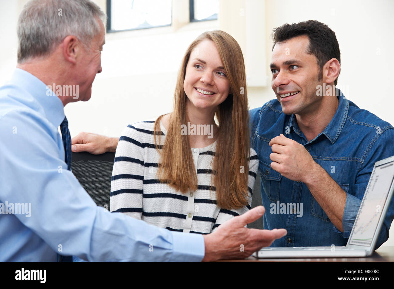 Paio di parlare con il consulente finanziario in Office Immagini Stock