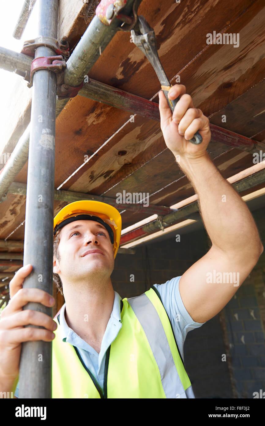 Builder mettendo su un ponteggio Foto Stock