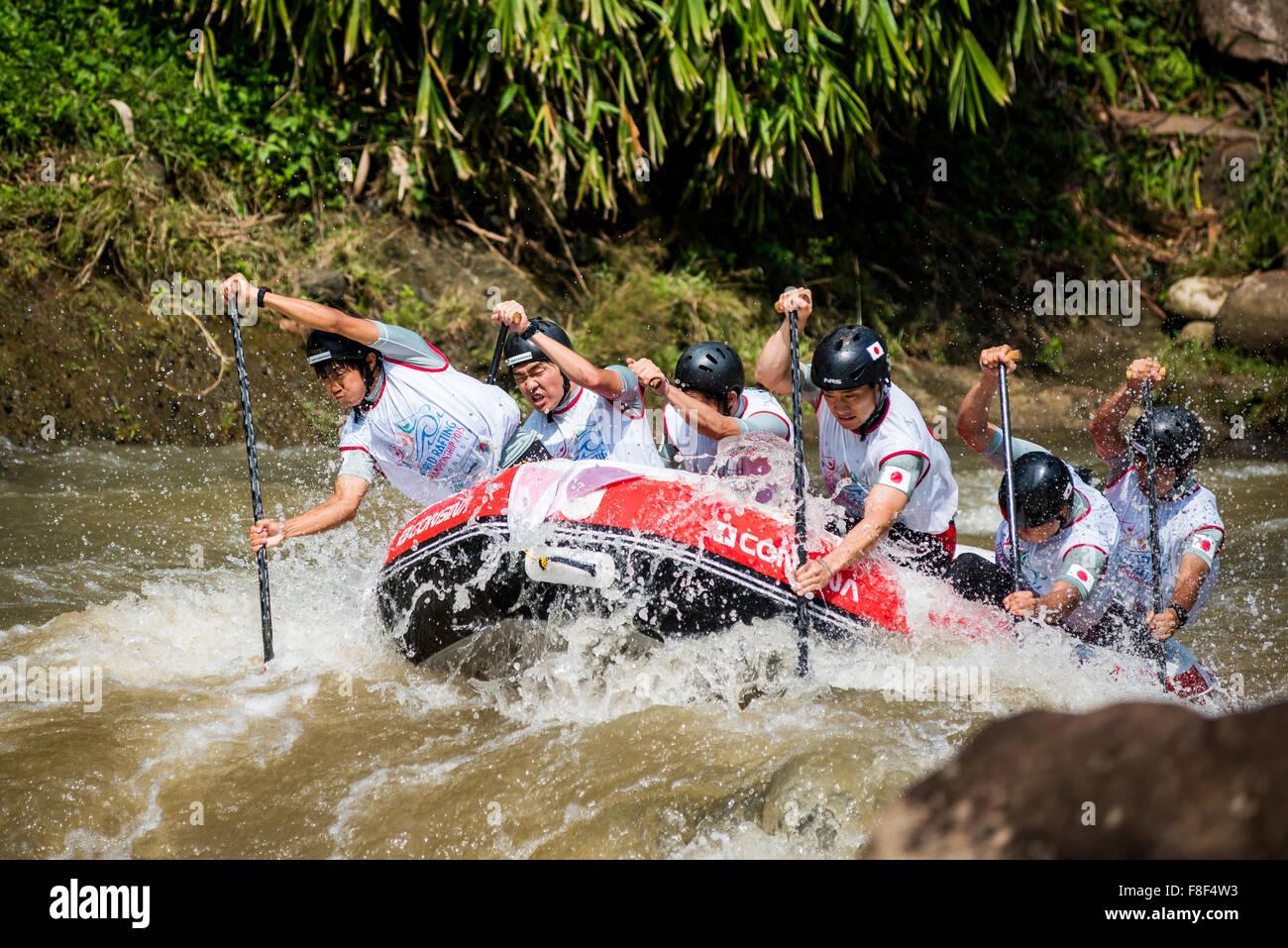 Giappone U23 uomini squadra in azione nella gara sprint categoria durante il Mondiale 2015 Campionati di rafting. Immagini Stock