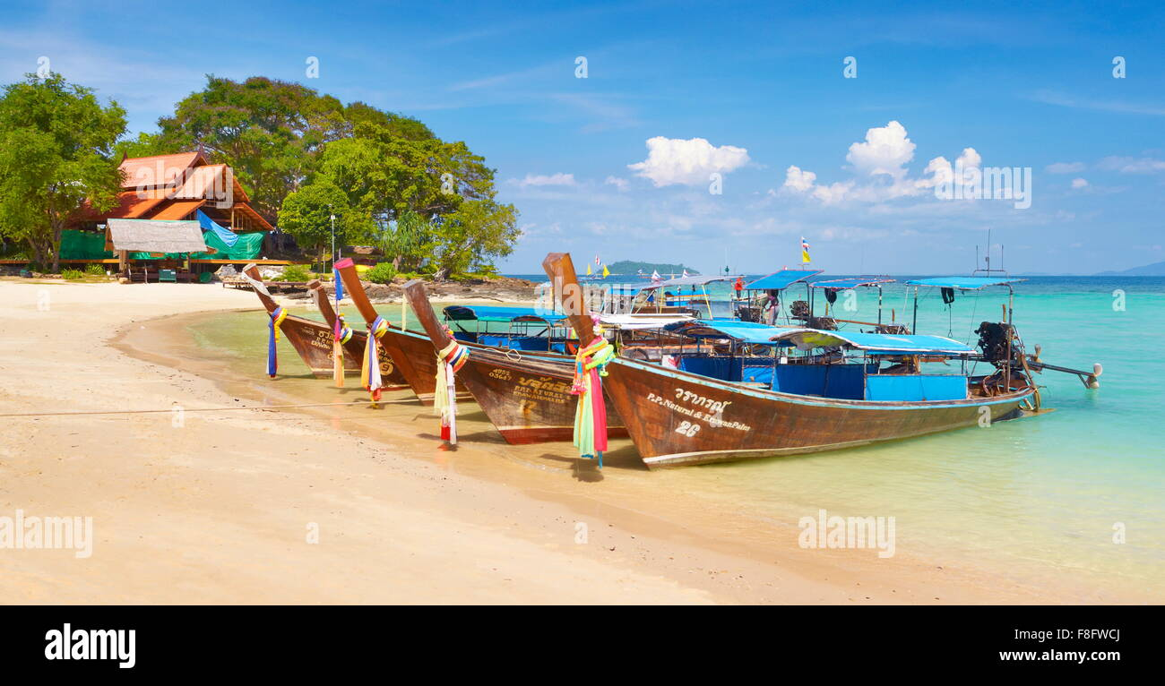 Thailandia - Phi Phi Island, Phang Nga Bay, coda lunga barche Immagini Stock