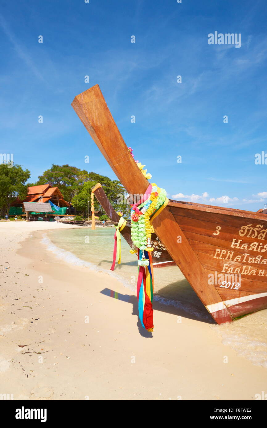 Thailandia - Phi Phi Island, Phang Nga Bay, barca dalla coda lunga Immagini Stock
