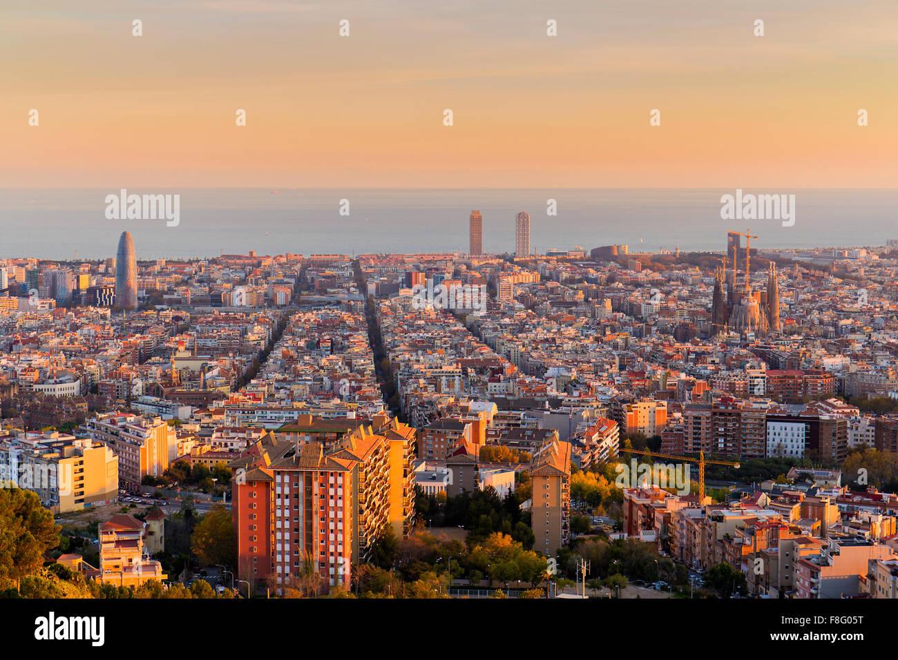 Lo skyline di Barcellona nel pomeriggio a Ora d'Oro Immagini Stock