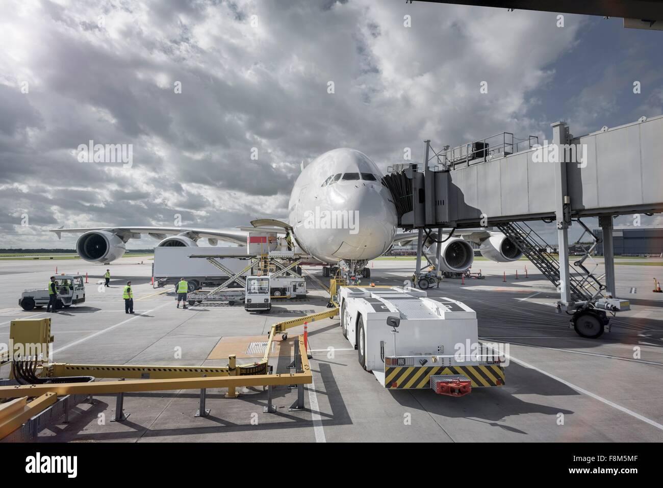 Un380 e tirare allo stand in aeroporto Immagini Stock