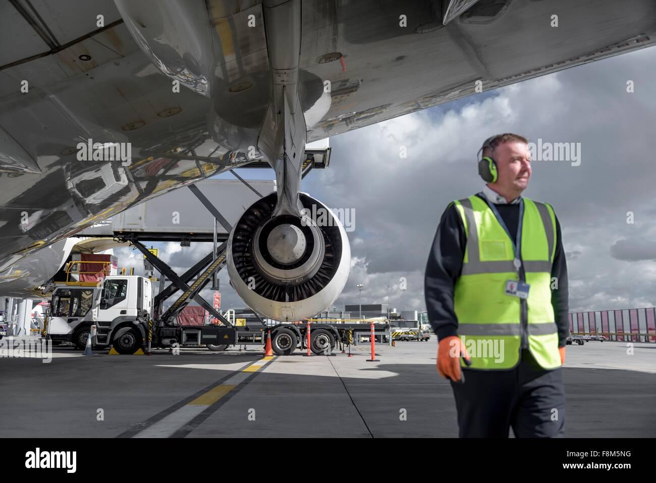 Personale di terra ingegnere con un380 velivoli a getto Immagini Stock