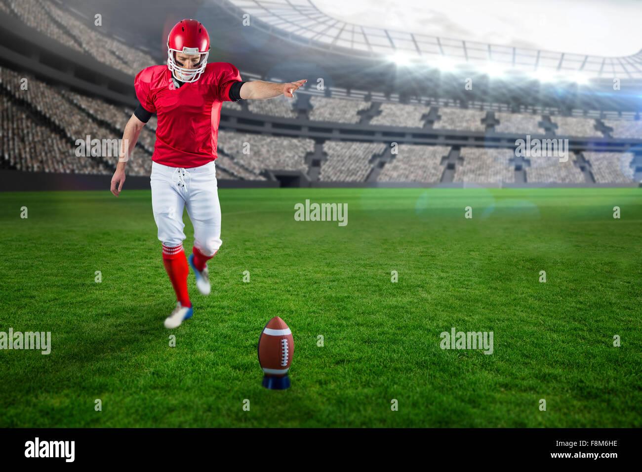 Immagine composita del giocatore di football americano calci calcio Immagini Stock