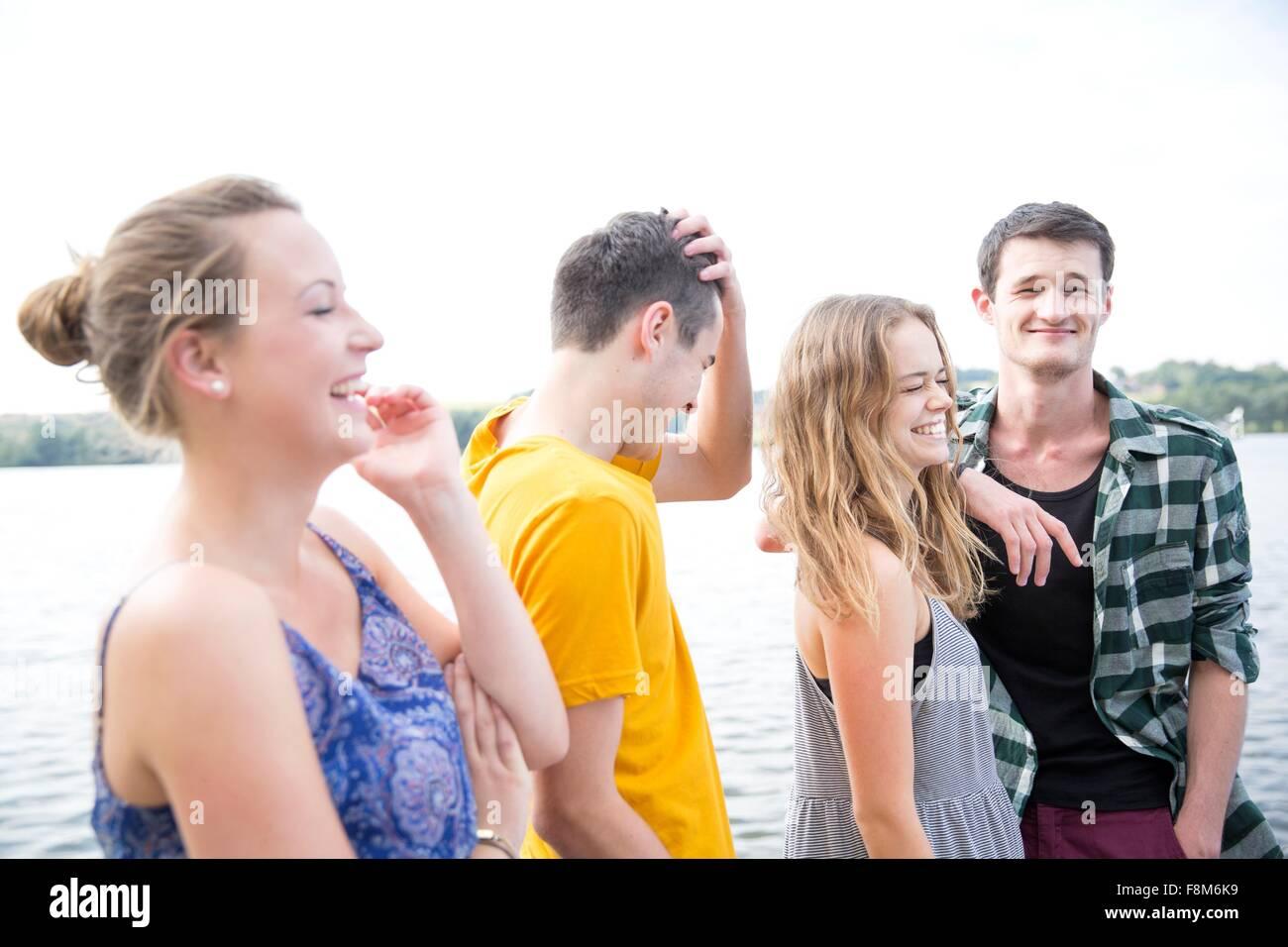 Un gruppo di giovani adulti, all'aperto, ridendo Immagini Stock