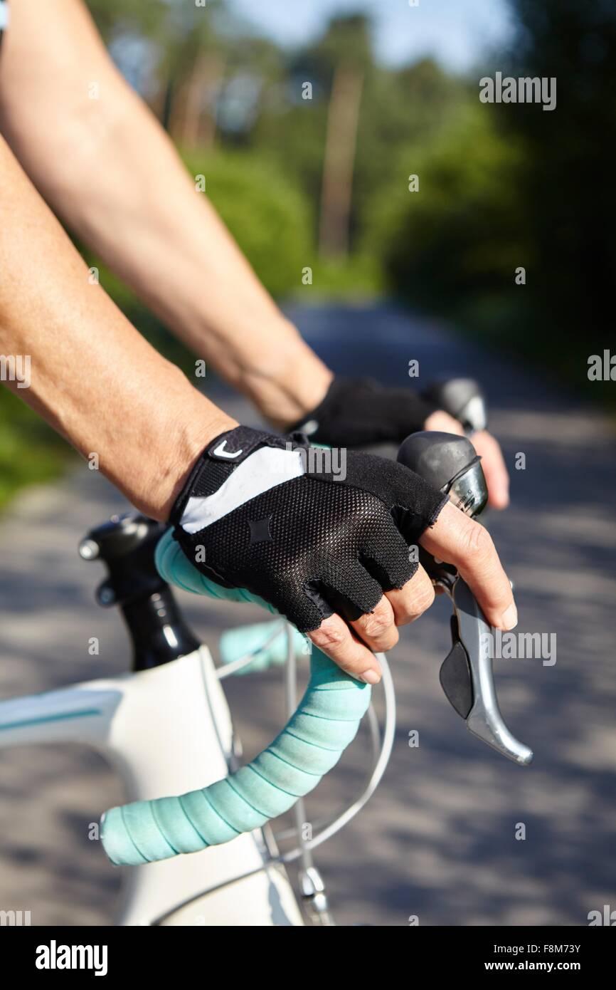 Coperta da un guanto-mani del ciclista sulla barra maniglia Immagini Stock