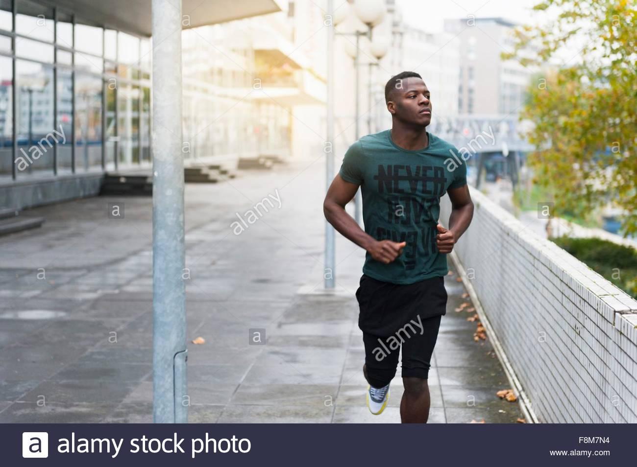 Giovane uomo che corre all'aperto Immagini Stock