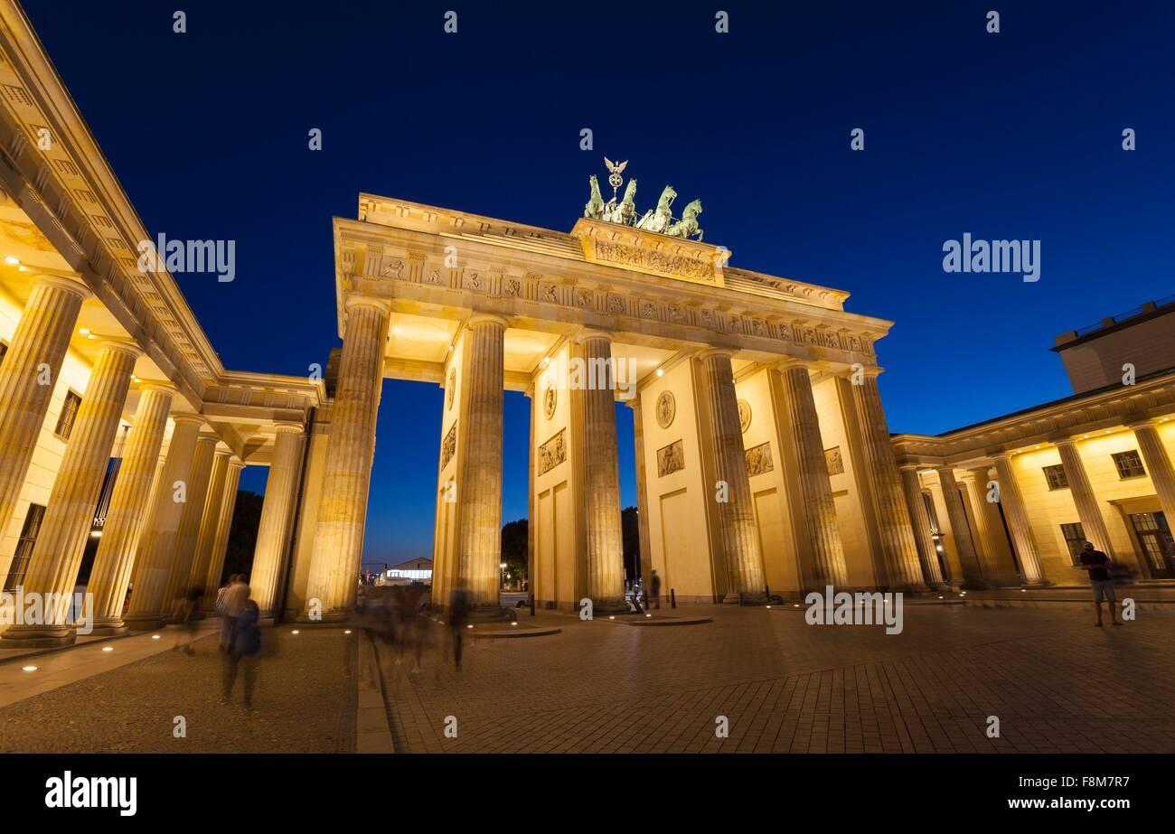 I riflettori Porta di Brandeburgo a Berlino la notte, Germania Foto Stock