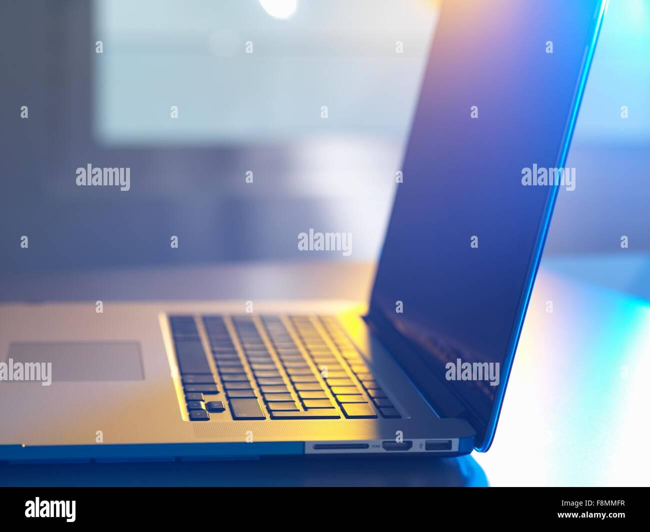 Vista laterale di aprire il laptop sulla scrivania Immagini Stock