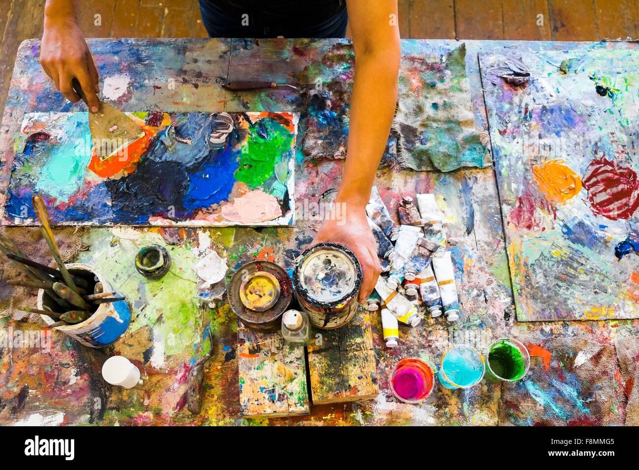 Metà uomo adulto, pittura, metà sezione, vista in elevazione Immagini Stock
