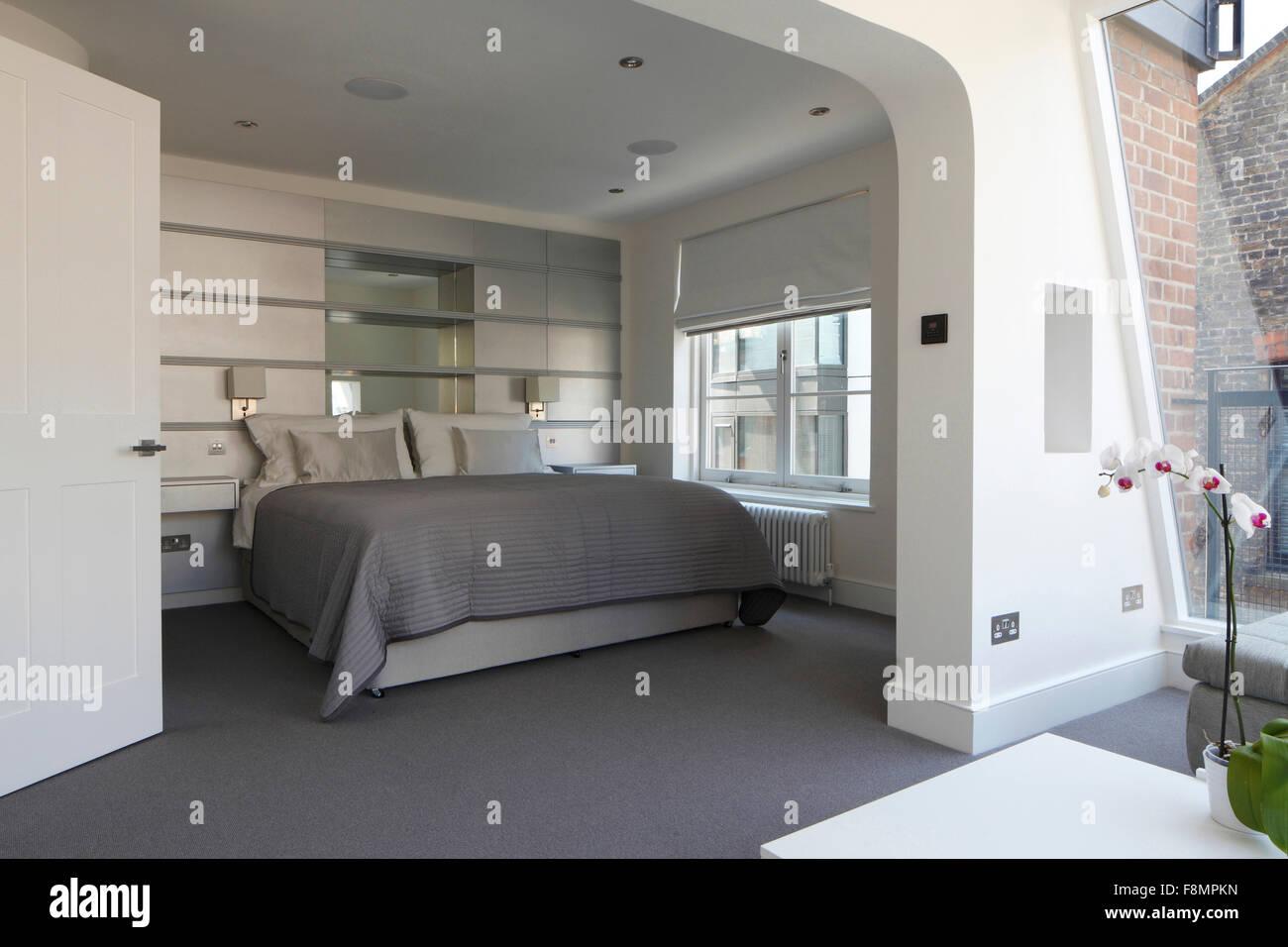 Camera Da Letto Colore Argento : Ripresa a tutto campo della camera da letto con colore grigio
