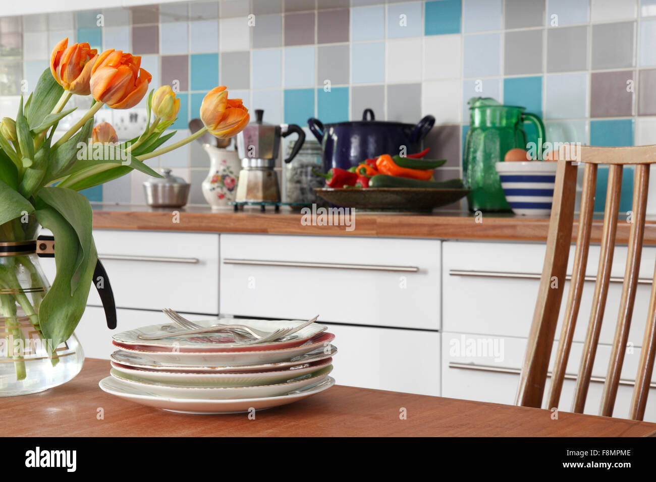 Un assortimento di oggetti sul piano di lavoro della cucina con
