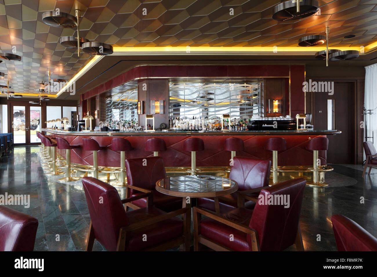 Sgabello Da Bar Moderno In Pelle : Quattro sedie di pelle rossa attorno ad un tavolo circolare in