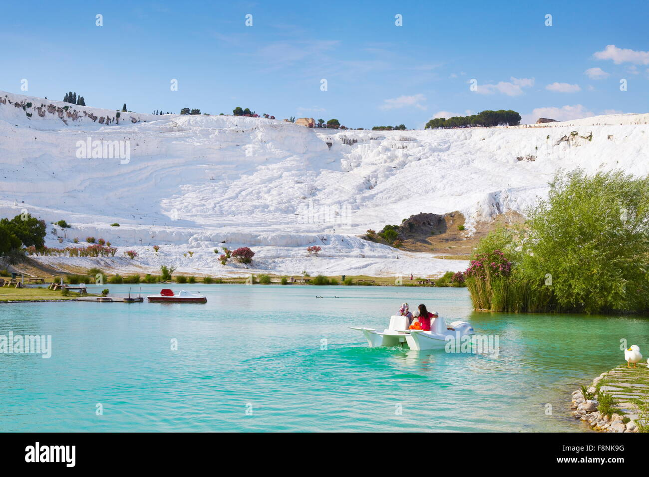 Pamukkale, il lago e la zona ricreativa presso il piede del calcare terrazze, la Turchia, l'Unesco Immagini Stock