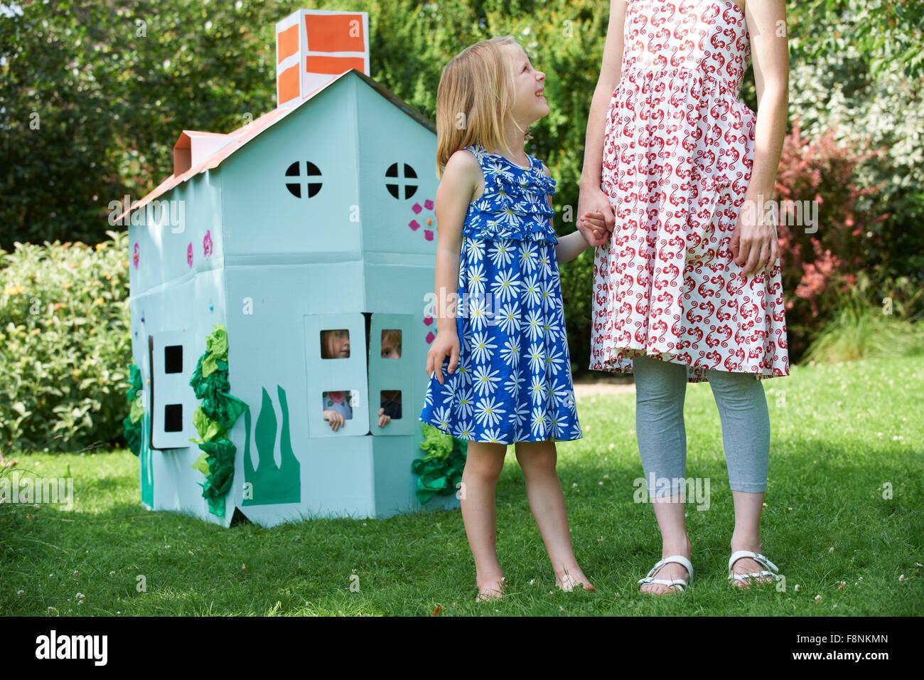 Madre e bambini che giocano con fatti in casa casa di - Casa di cartone ...