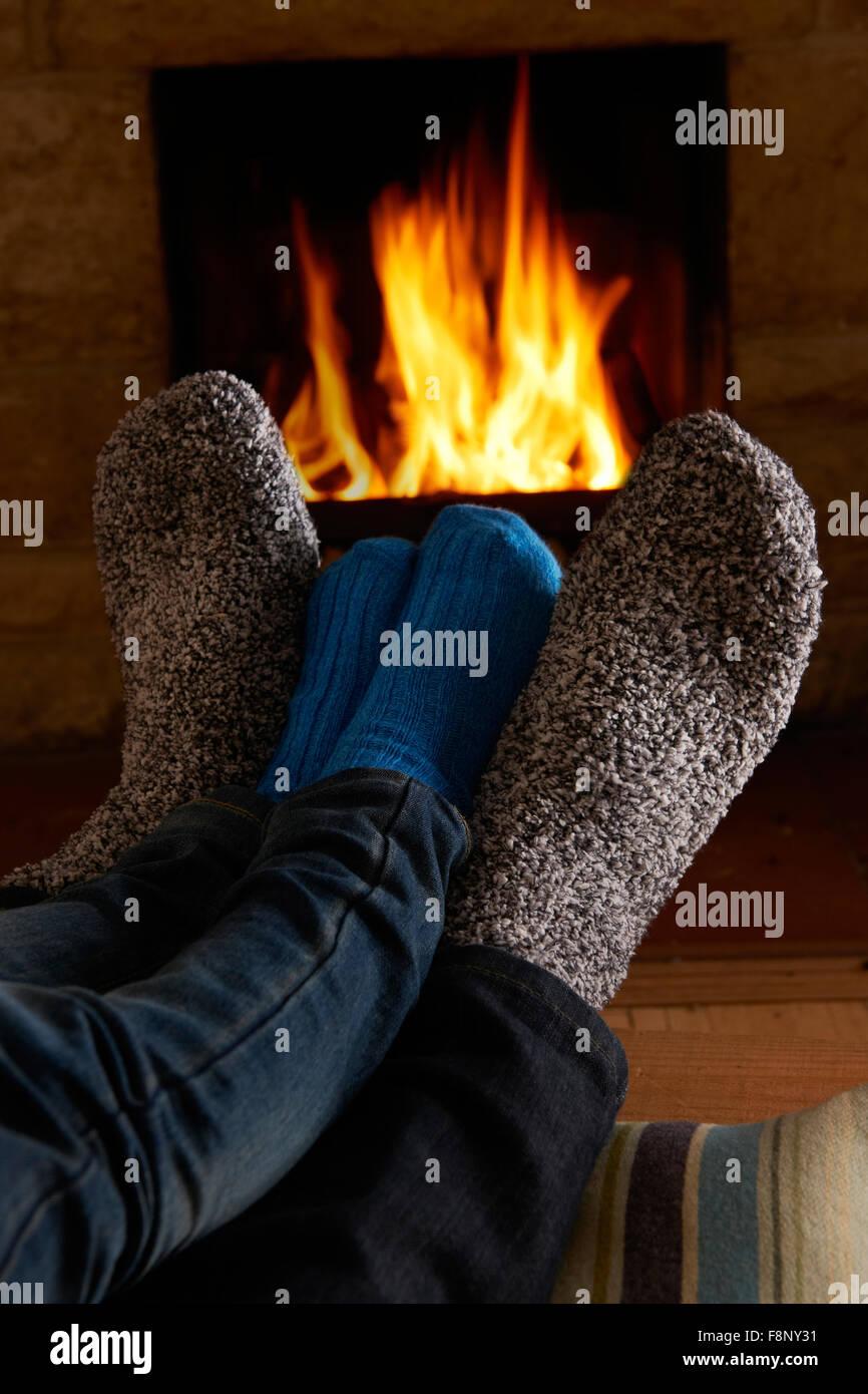 Padre e Figlio piedi di riscaldamento dal fuoco Immagini Stock