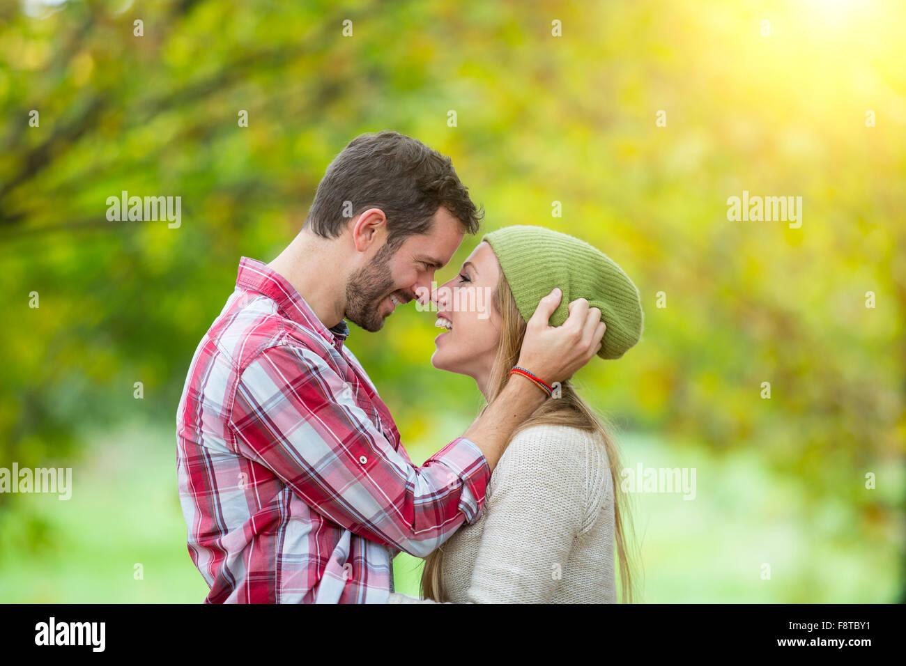 Coppia giovane dating in foresta Immagini Stock