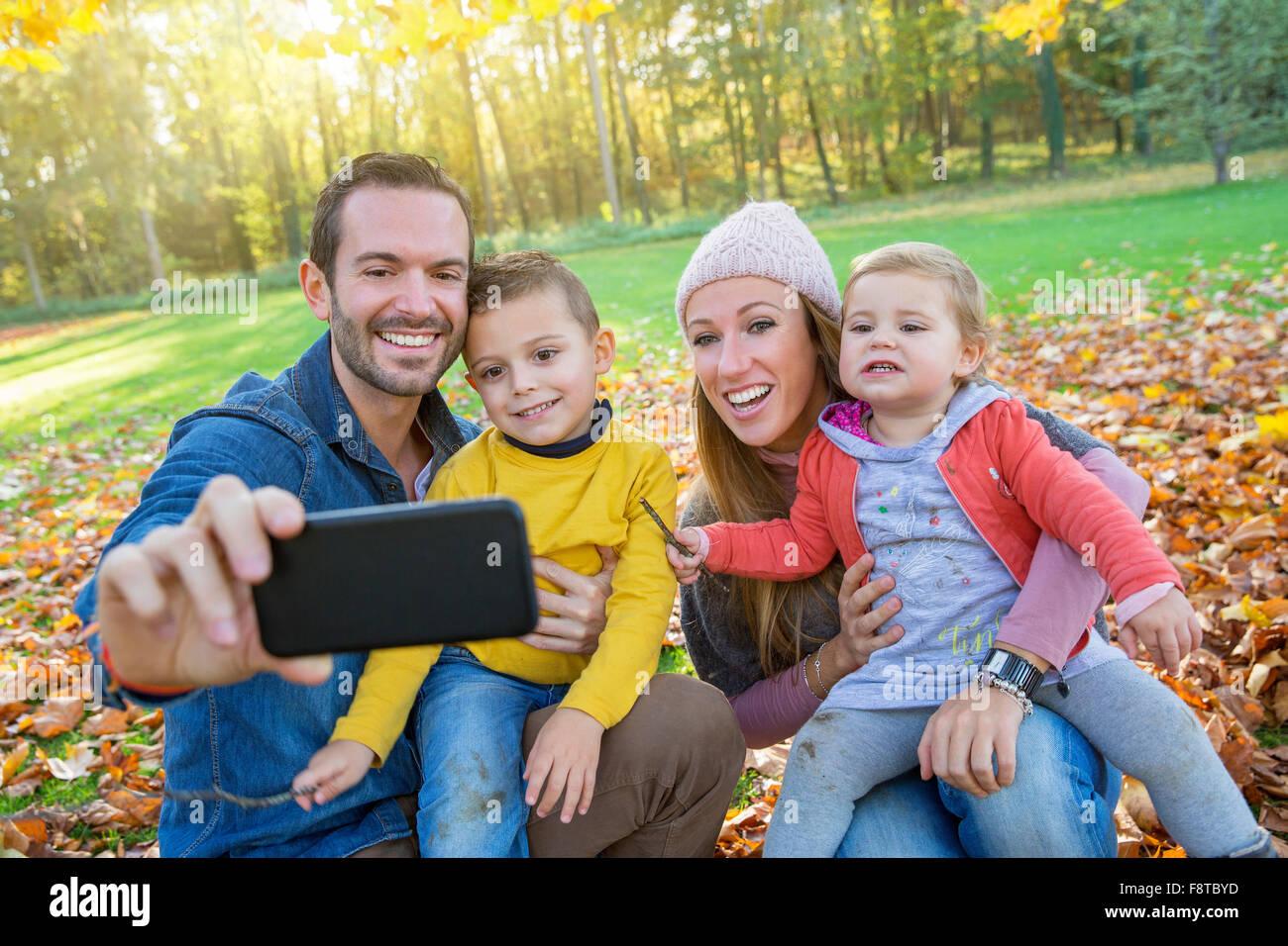 Famiglia prendendo un selfie Immagini Stock