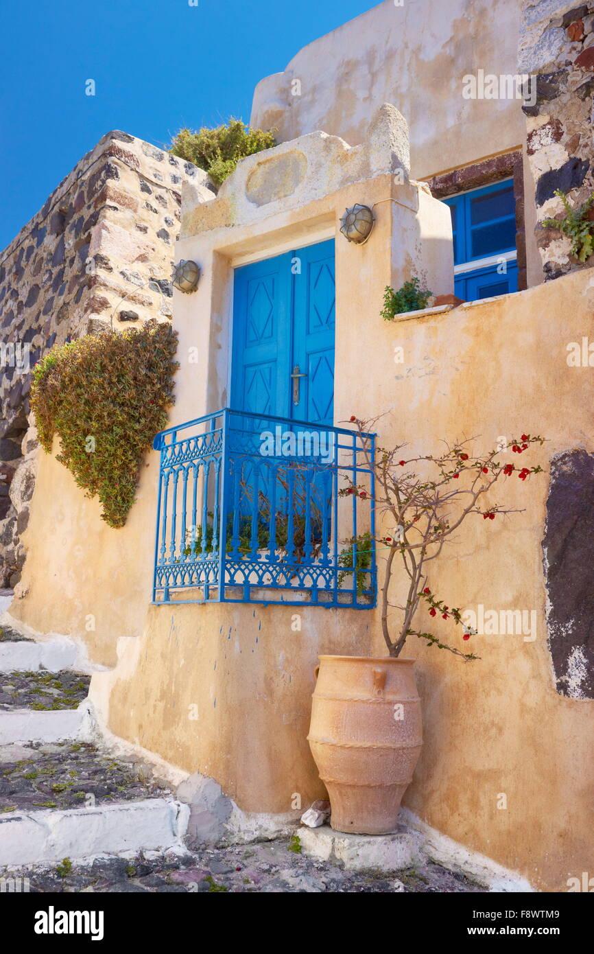 Scena di strada con un vaso greco e lo sportello blu in Pyrgos, isola di Santorini, Cicladi, Grecia Immagini Stock