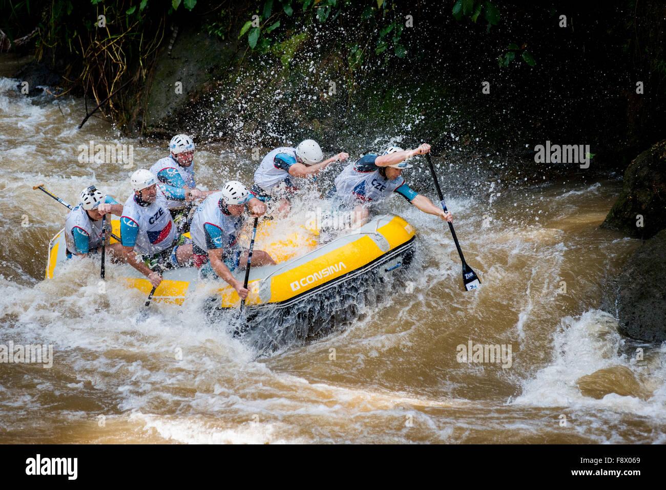 Repubblica ceca uomini master team competere sul testa a testa categoria sprint in occasione dei Mondiali di Rafting Immagini Stock