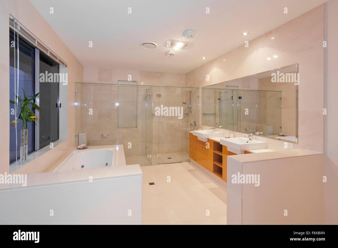 Docce E Vasche Da Bagno : Moderna stanza da bagno in marmo con doppio lavabo doccia e vasca
