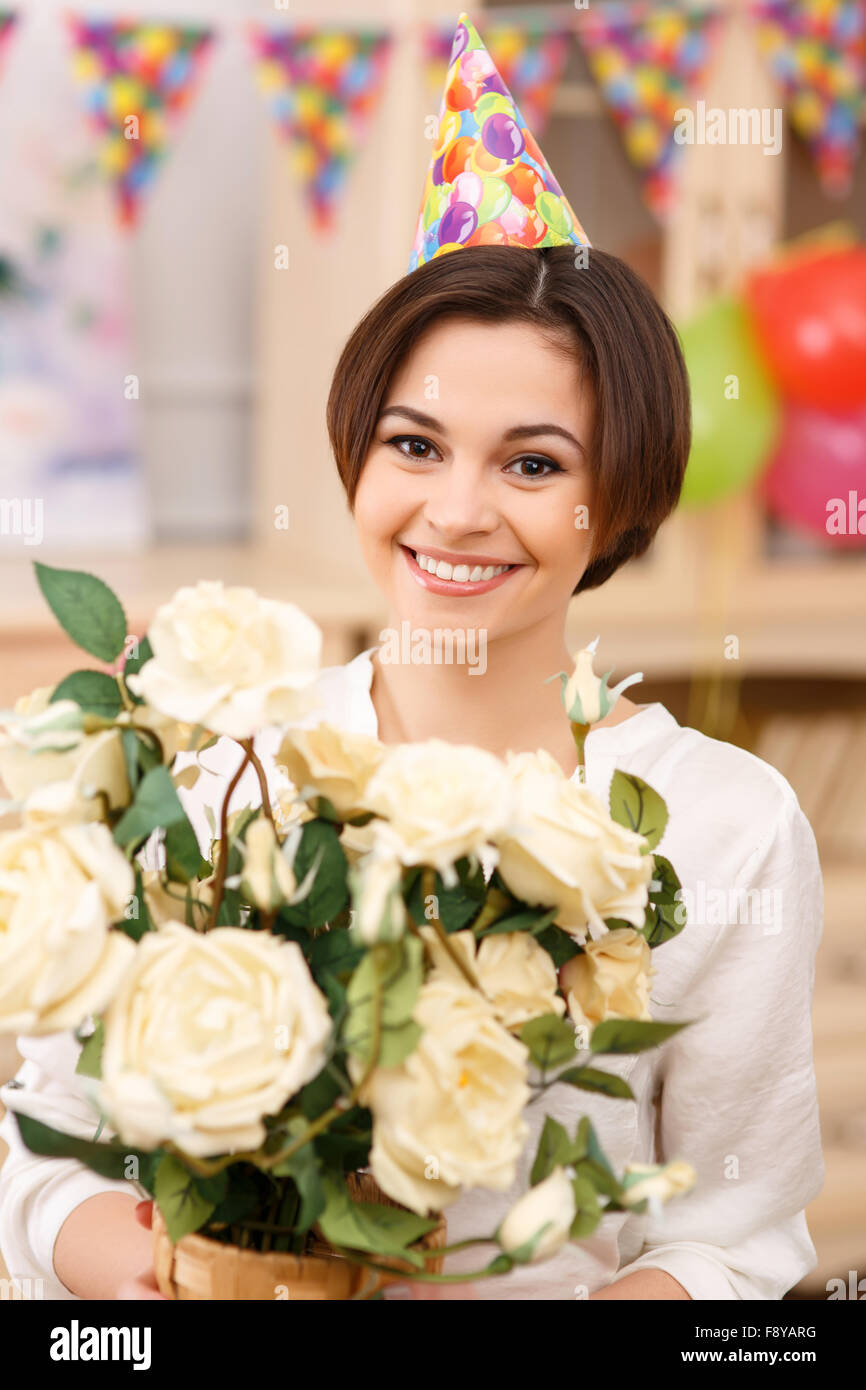 Giovane ragazza con un mazzo di fiori Immagini Stock