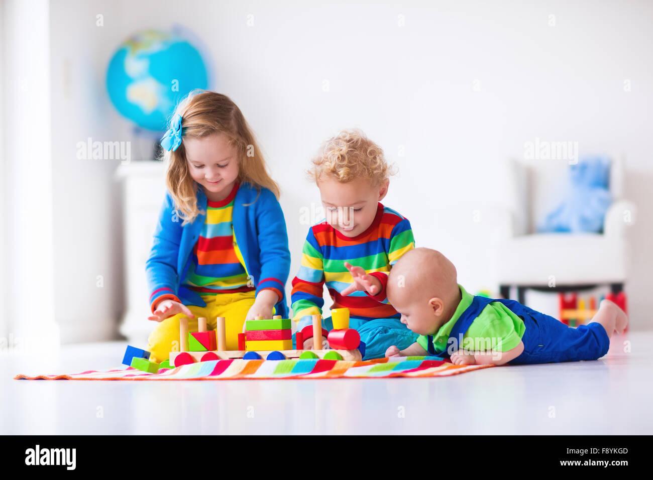 ad5841d91c Bambini che giocano con treni di legno. Il Toddler kid e il bambino gioca  con blocchi, treni e automobili. Giocattoli educativi per la scuola materna