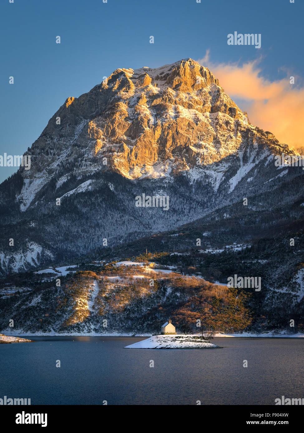 Inverno vista al tramonto del Grand Morgon monte che sovrasta la Saint Michel Bay di Serre Poncon lake, Alpi del Immagini Stock