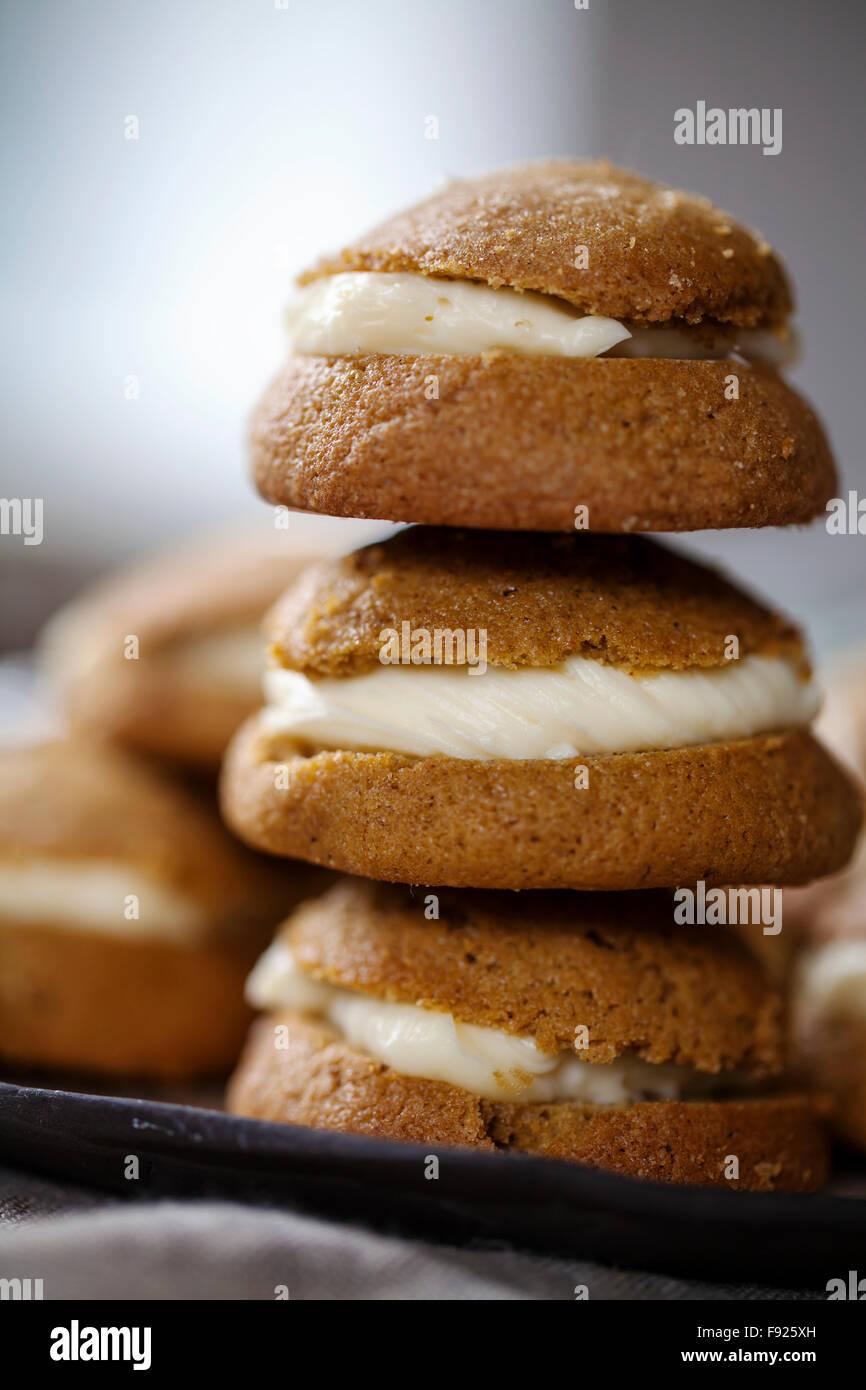 Biscotti allo zenzero riempito con mascarpone e limone crema di cagliata Immagini Stock