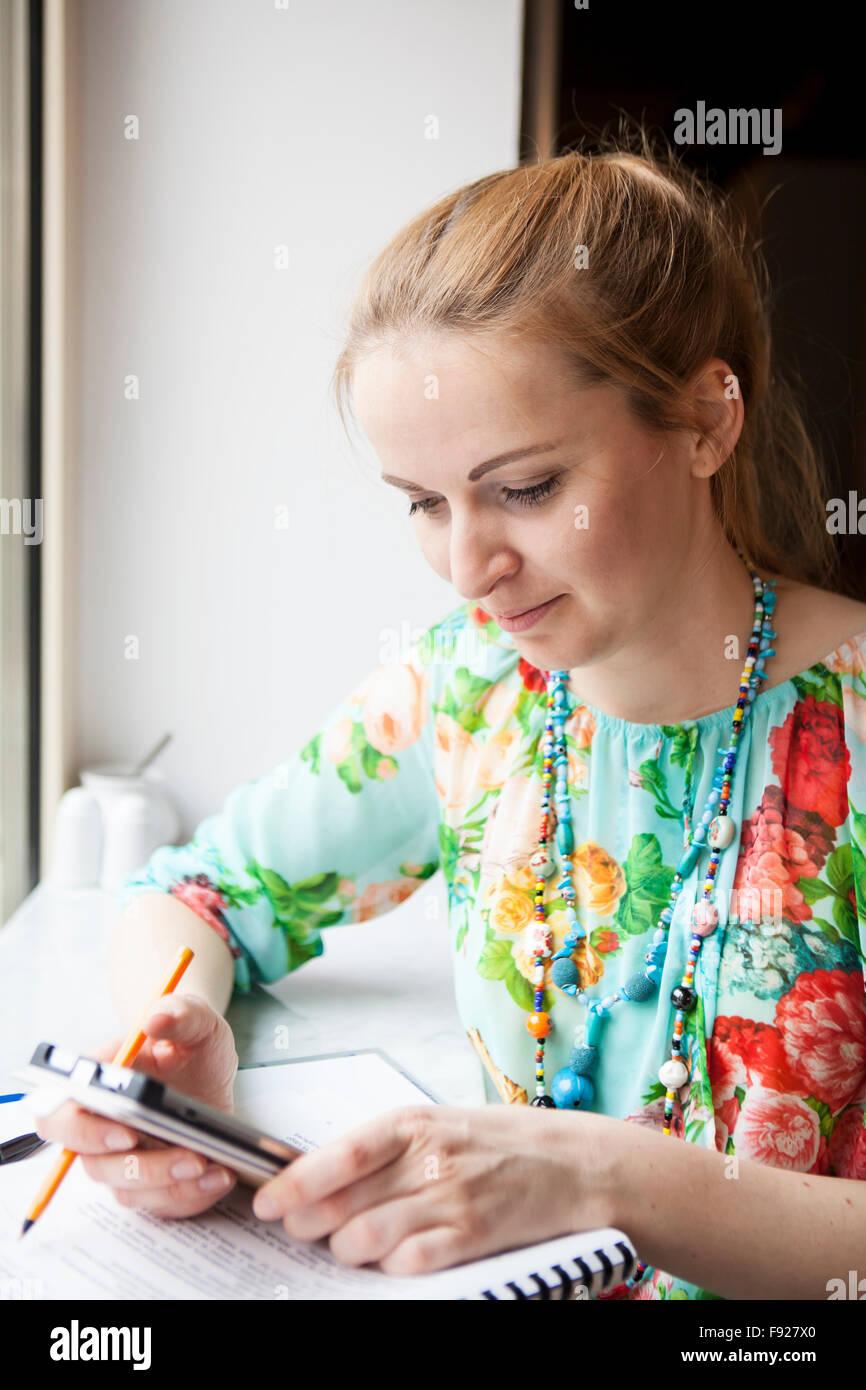 Giovane donna con il telefono cellulare Immagini Stock